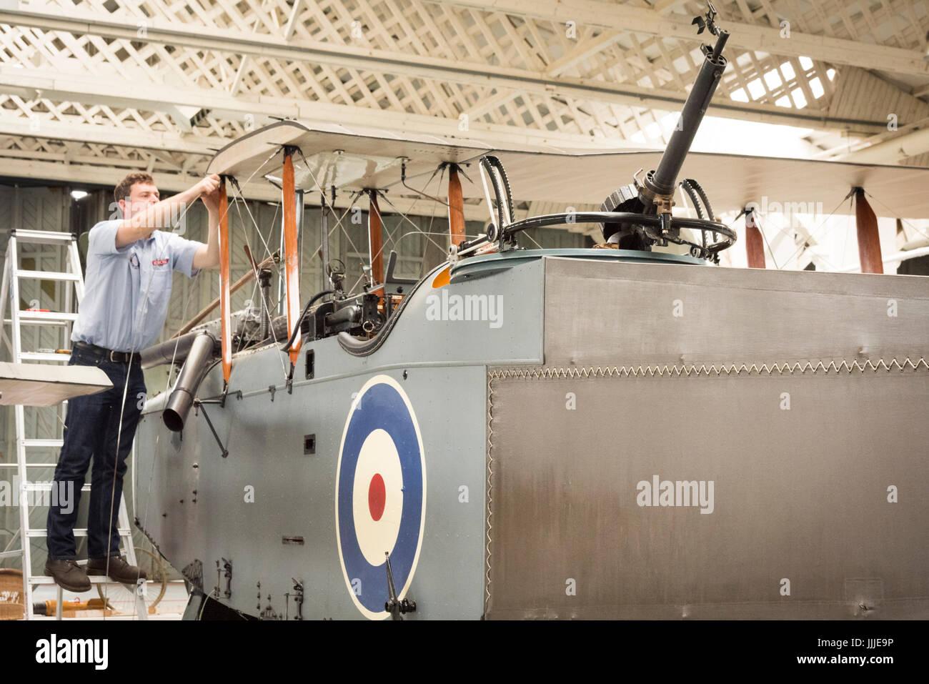 Duxford Cambridgeshire, Großbritannien. 20. Juli 2017. George Taylor arbeitet als Ingenieur auf einem seltenen ersten Weltkrieg De Havilland DH9 Bombenflugzeuge, die wurde vollständig restauriert und ist nun montiert wird für die Anzeige und Flug im Imperial War Museum. Das Flugzeug ist 100 Jahre alt, am 100. Jahrestag des Imperial War Museum in einem WW1-Bügel montiert. Das Flugzeug ist das einzige in Großbritannien und restauriert wurde, nachdem er in einen Elefanten stabil am Palast von Bikaner, Rajasthan, Indien gefunden. Bildnachweis: Julian Eales/Alamy Live-Nachrichten Stockfoto