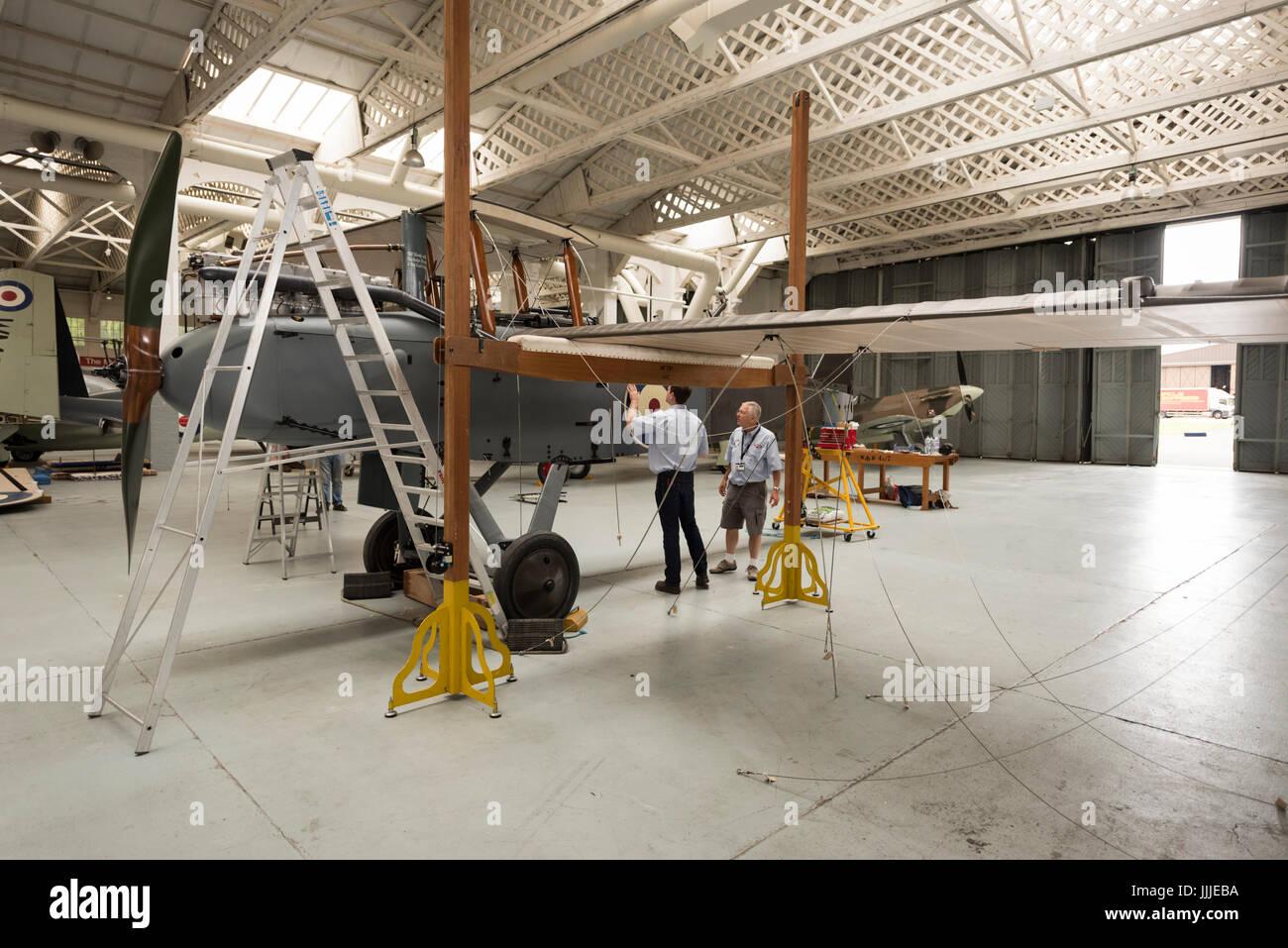 Duxford Cambridgeshire, Großbritannien. 20. Juli 2017. Eine seltene erste Weltkrieg De Havilland DH9 Bomber Flugzeug wurde vollständig restauriert und ist nun für die Anzeige und Flug im Imperial War Museum montiert wird. Das Flugzeug ist 100 Jahre alt, am 100. Jahrestag des Imperial War Museum in einem WW1-Bügel montiert. Das Flugzeug ist das einzige in Großbritannien und restauriert wurde, nachdem er in einen Elefanten stabil am Palast von Bikaner, Rajasthan, Indien gefunden. Bildnachweis: Julian Eales/Alamy Live-Nachrichten Stockfoto