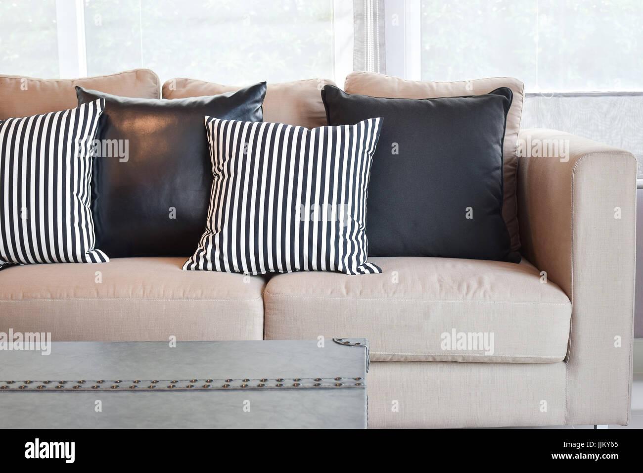 Gestreifte Und Schwarze Leder Kissen Samt Beige Sofa Im Wohnzimmer Im  Modernen Industriellen Stil