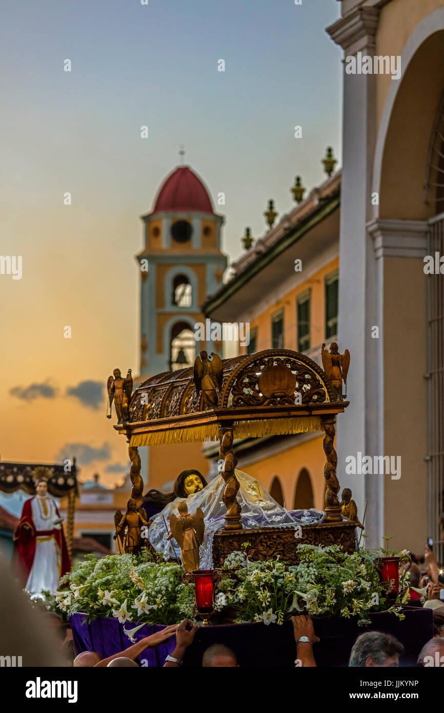 Während Ostern SEMANA SANTA genannt sind religiöse Statuen durch die Stadt in der Dämmerung - TRINIDAD, Stockbild