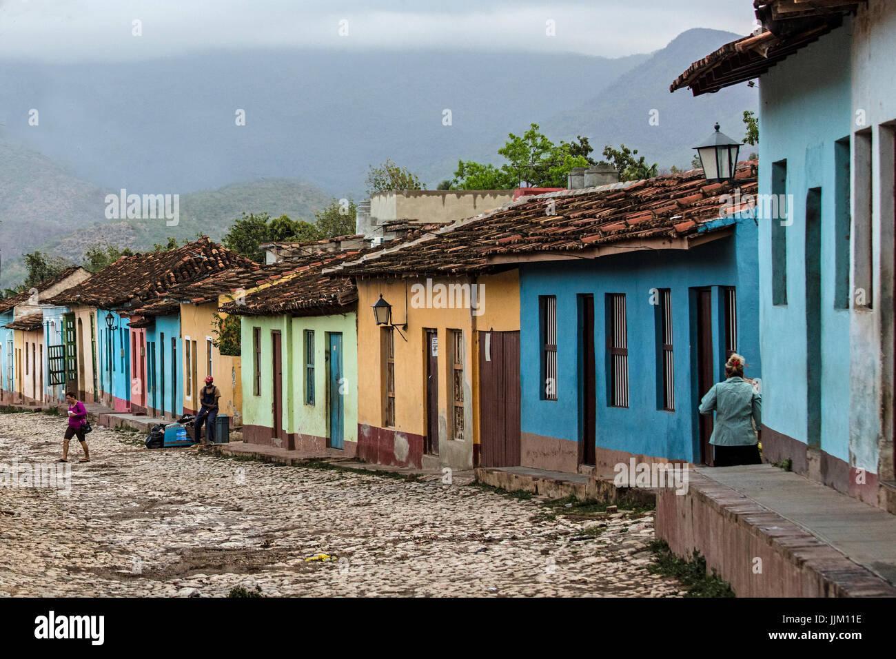 Die gepflasterten Straßen und bunten Häusern von TRINIDAD, Kuba Stockbild