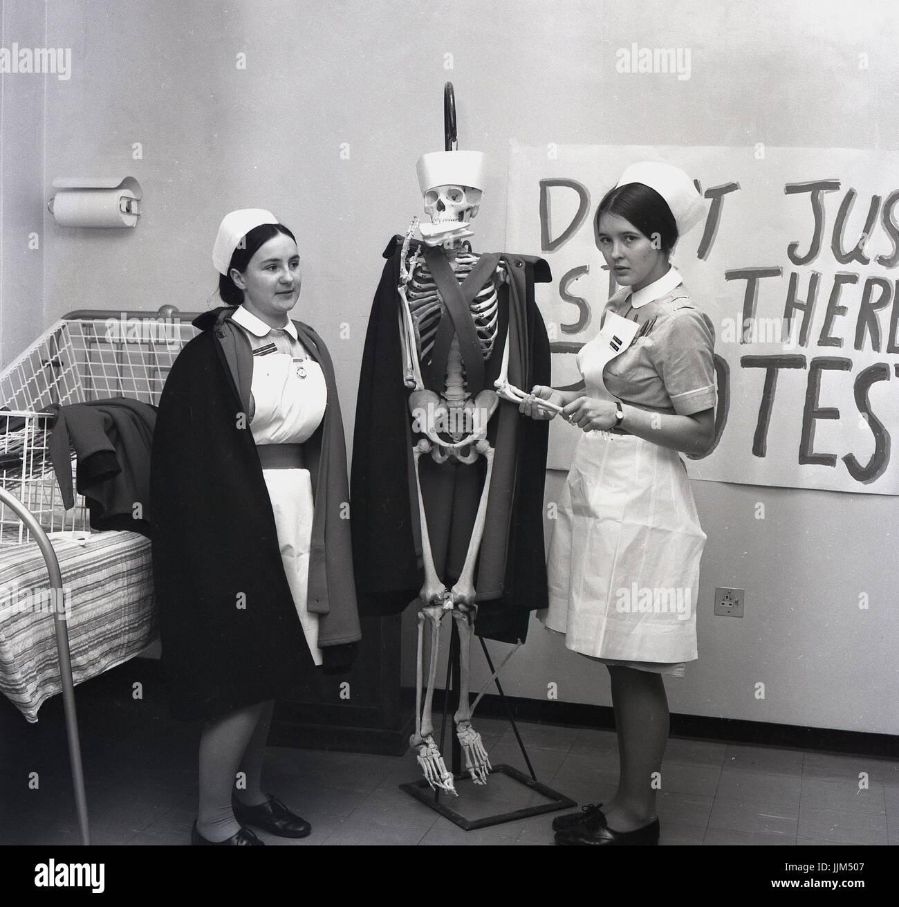 """""""Ist es immer noch am Leben?"""" der 60er Jahre, England, auf einer Krankenstation, zwei weibliche Krankenschwestern Stockfoto"""