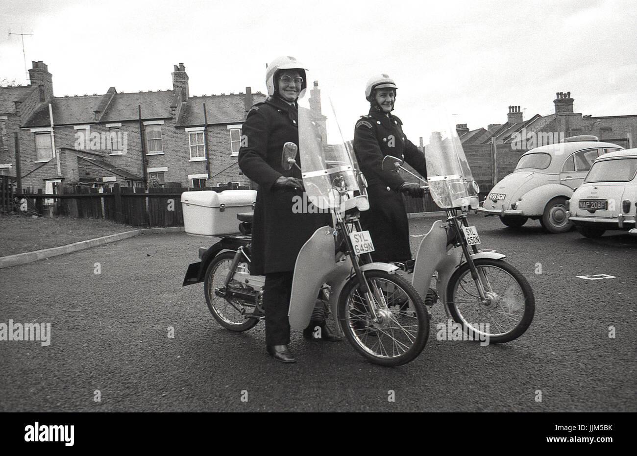 1974, Südlondon, arbeiten zwei weibliche Politessen auf ihre neue Transportmittel für ihre Strafverfolgung, Stockbild