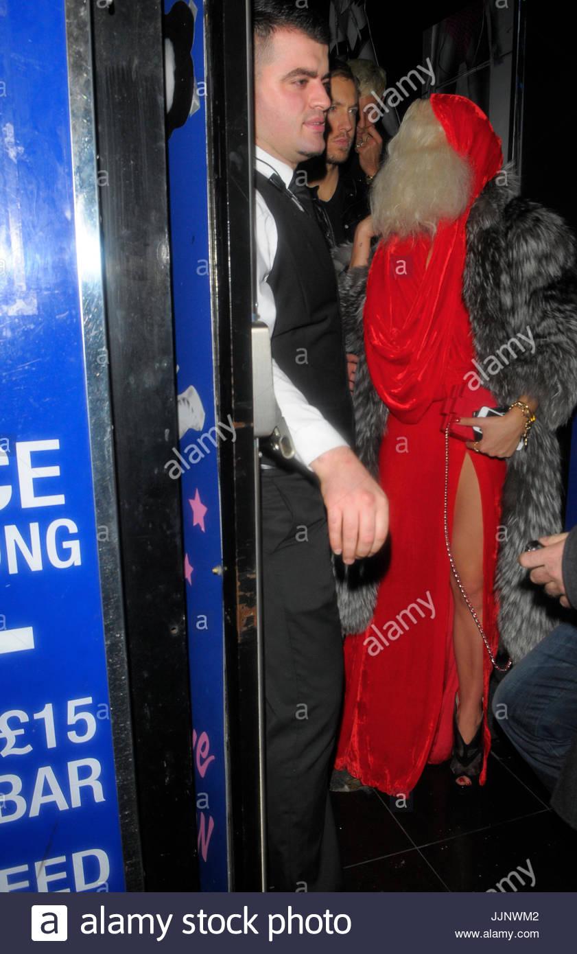 Rita Ora. Rita Ora warf ein 70er Jahre Kostüm Party in The Box in ...