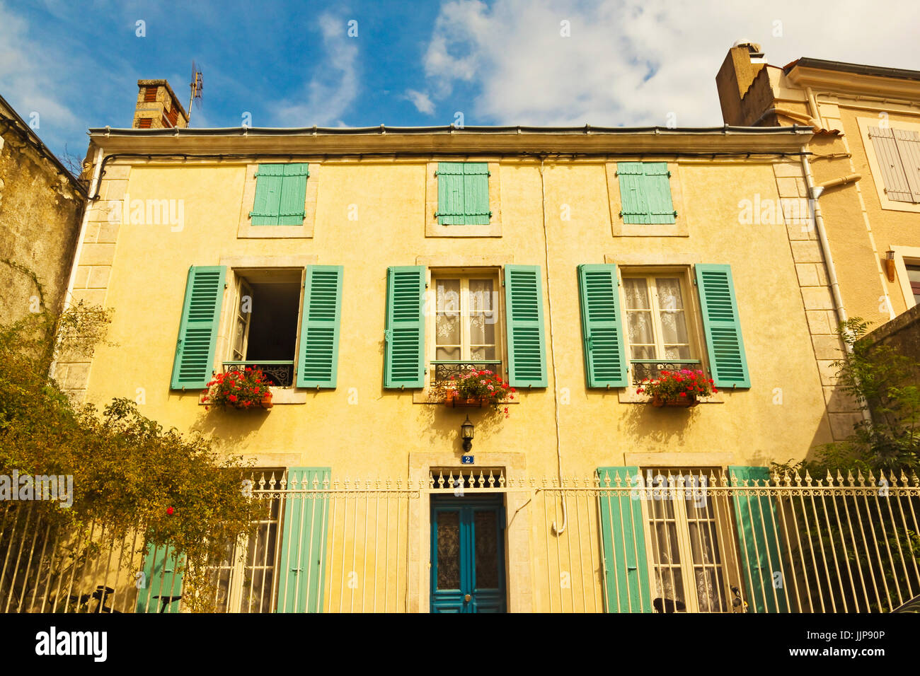 """Haus mit typischen regionalen grünen Fensterläden in Feuchtgebieten der Marais Poitevin """"grüne Stockbild"""