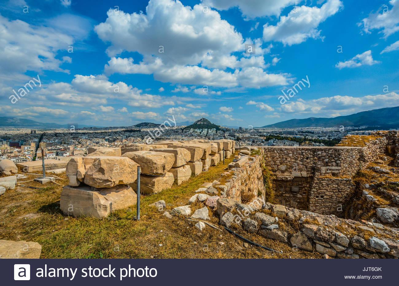 Blick auf den Likavitos-Hügel von Akropolis in Athen Griechenland an einem warmen Sommertag mit hübscher Stockbild