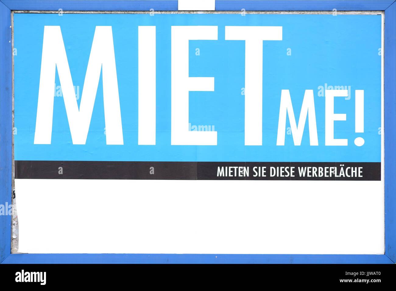 Fesselnd Die Nahaufnahme Von Einer Plakatwand Und Werbeflächen Zu Vermieten Für  Großflächige Plakate Und Werbung Plakate Mit Der Aufschrift Miete Mich.