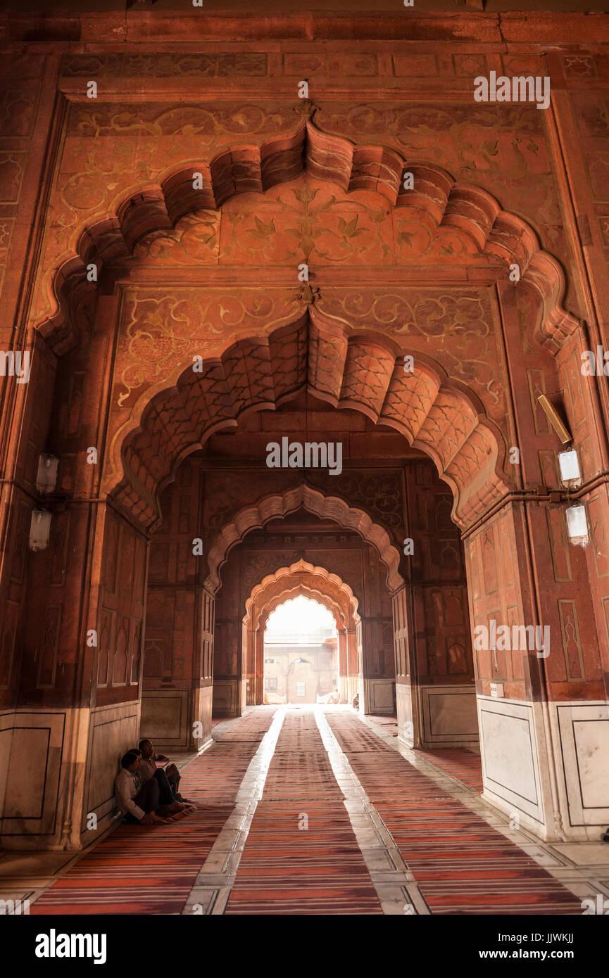 Innenbögen und Gebetsorte Moschee Jama Masjid in Delhi, Indien. Stockbild