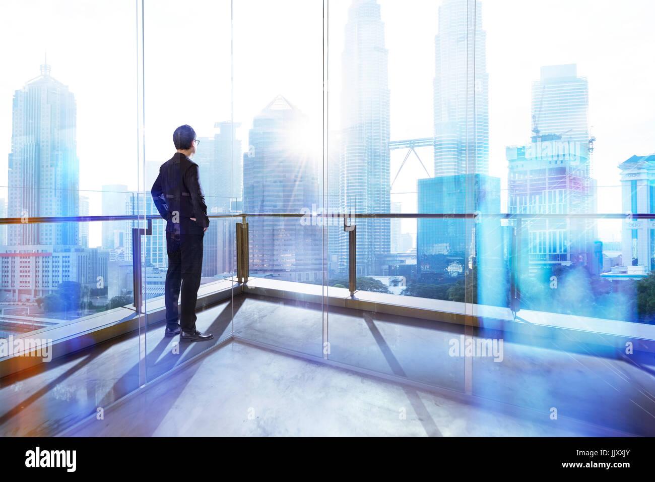 Junge Unternehmer auf der Suche der Stadt im Büro. Morgen-Szene. . Stockbild