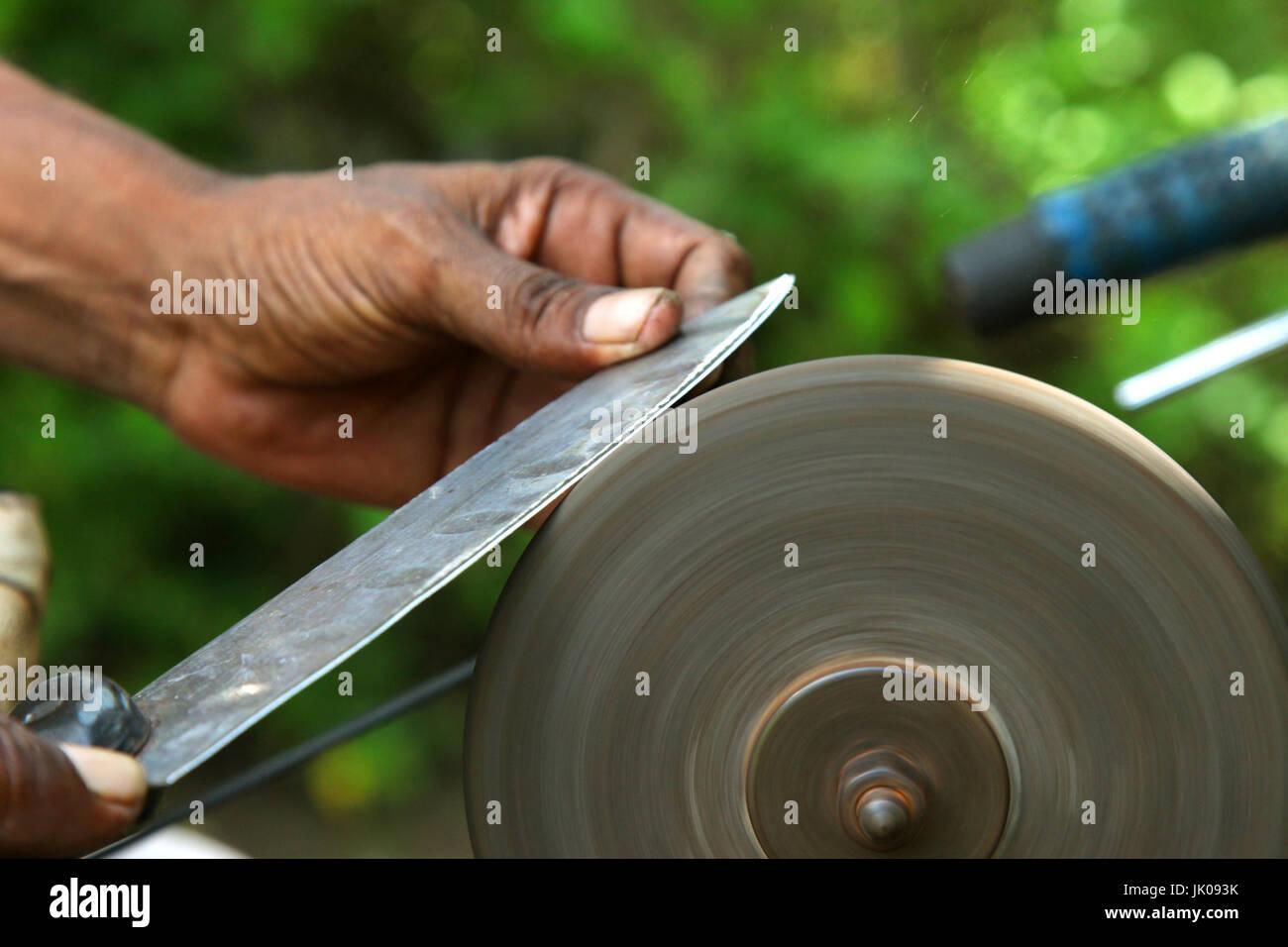 Scharfen Der Messer Mit Schleifstein Stockfoto Bild 149368567 Alamy