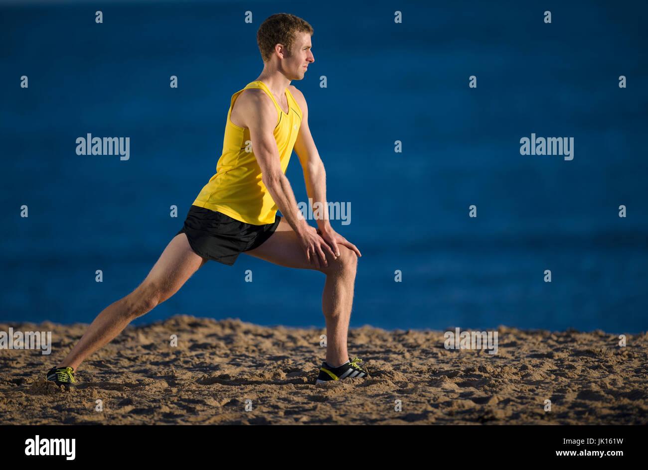 Läufer, die Dehnung Beinmuskeln Aufwärmen Stockbild