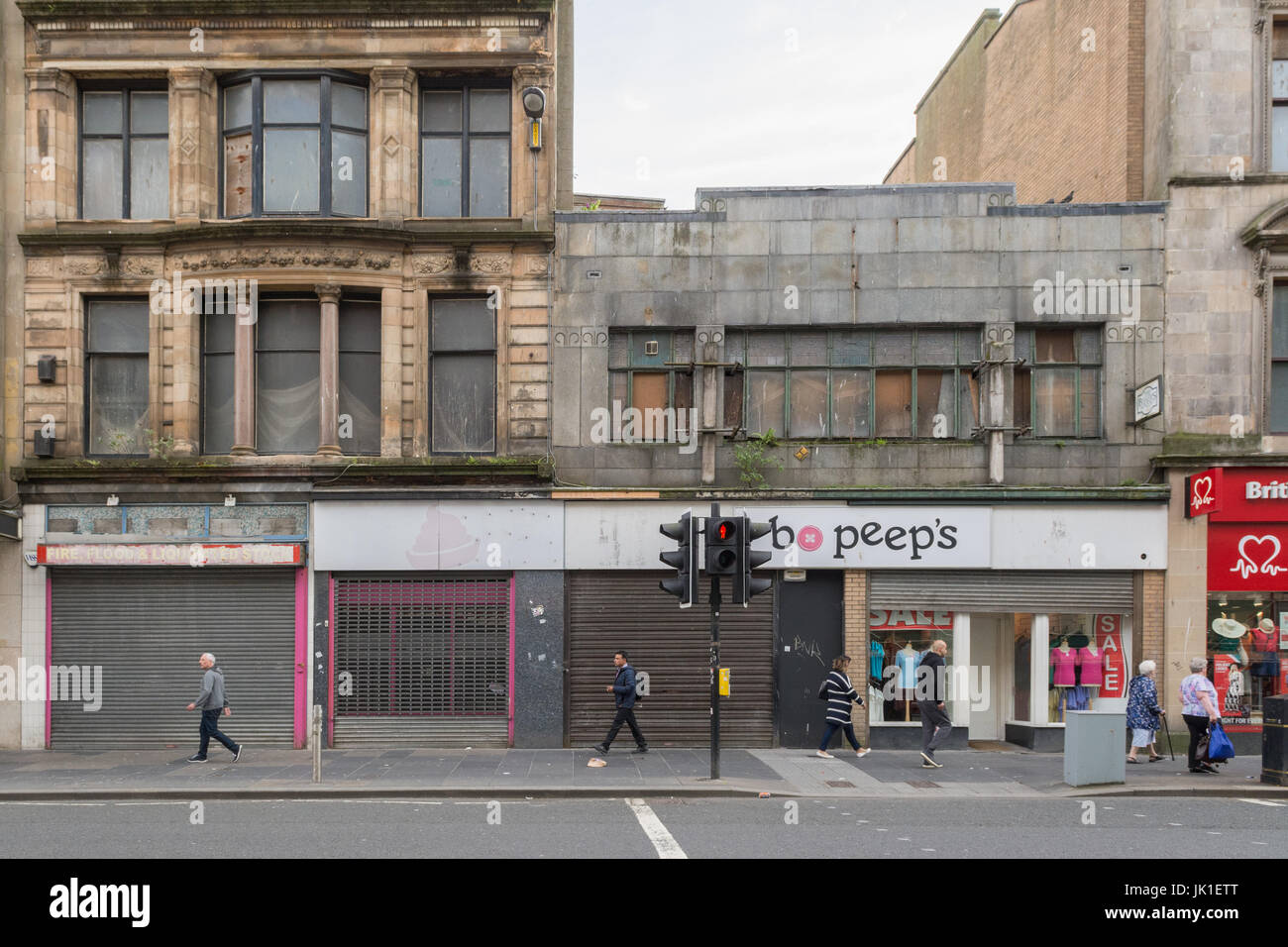 Leere Läden und Gewerbe-Immobilien und heruntergekommenen Gebäuden auf Revolution, Glasgow, Schottland, Stockbild