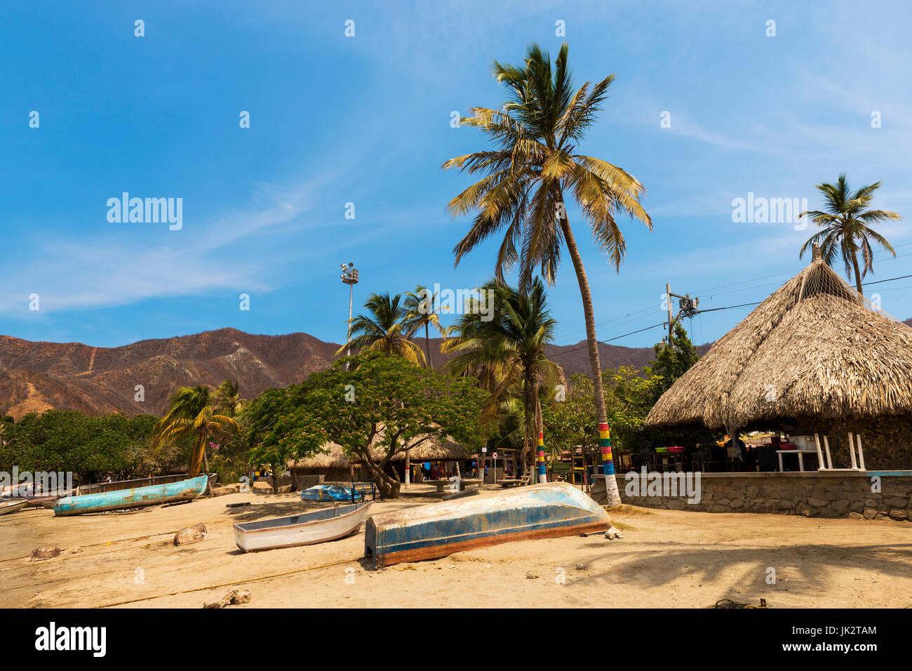 Boote Und Palmen Strand Durch Das Dorf Von Taganga In Der Karibik