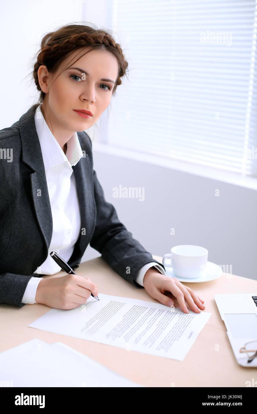 Business Frau Sieht Aus Wie Julia Timoschenko Sitzt Am Tisch Und Im