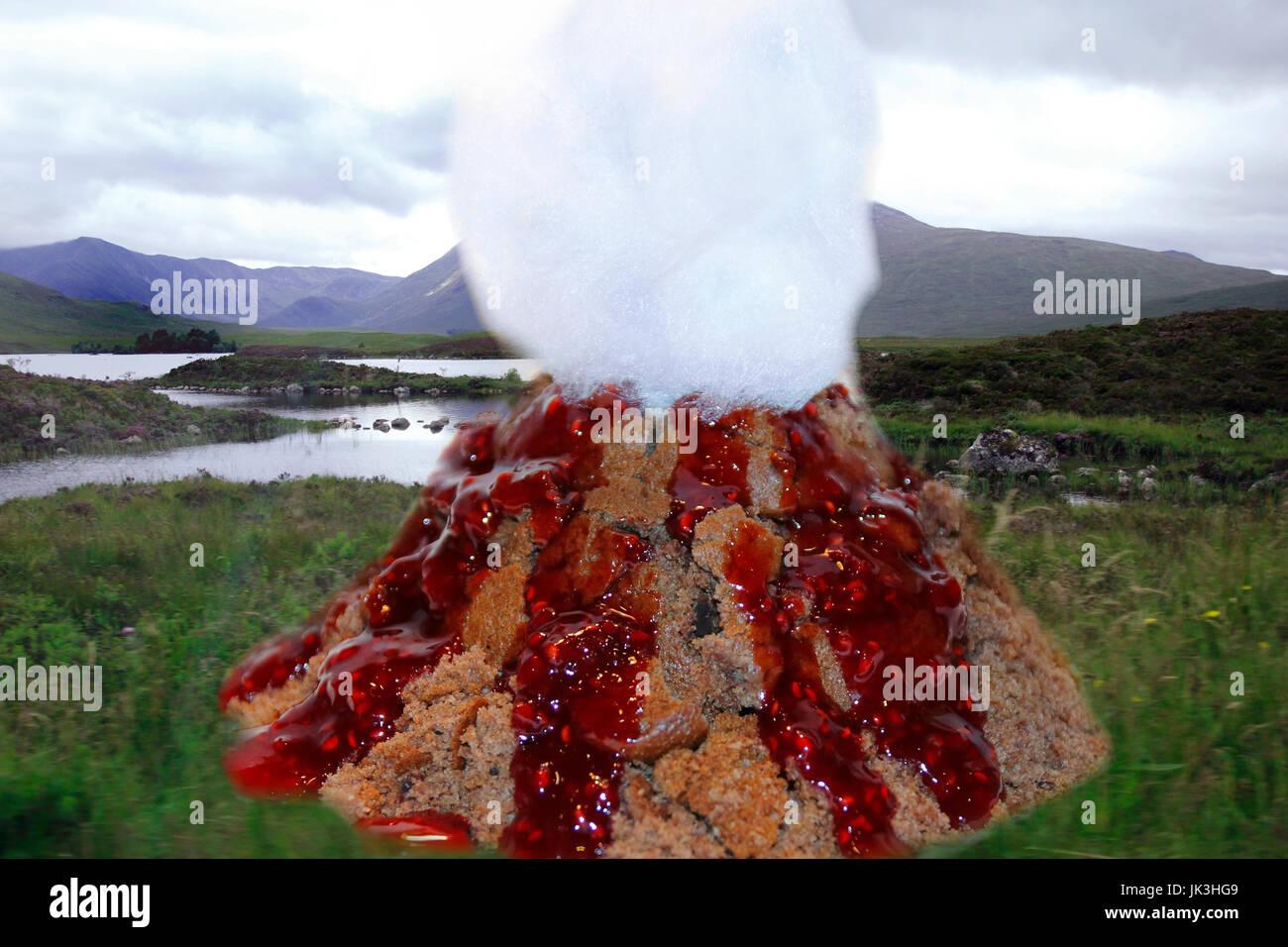 Vulkan Kuchen Mit Himbeer Sosse Lava Und Zuckerwatte Rauch Stockfoto