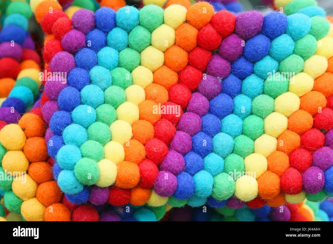 Textilwaren mit bunten Bällen Hintergrund in Regenbogenfarben Stockfoto