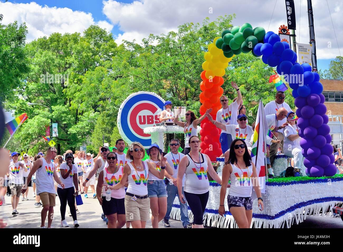 Ein Corporate und lokale Präsenz in Form von einem Schwimmer, der die Chicago Cubs in Chicago's Pride Parade. Stockbild