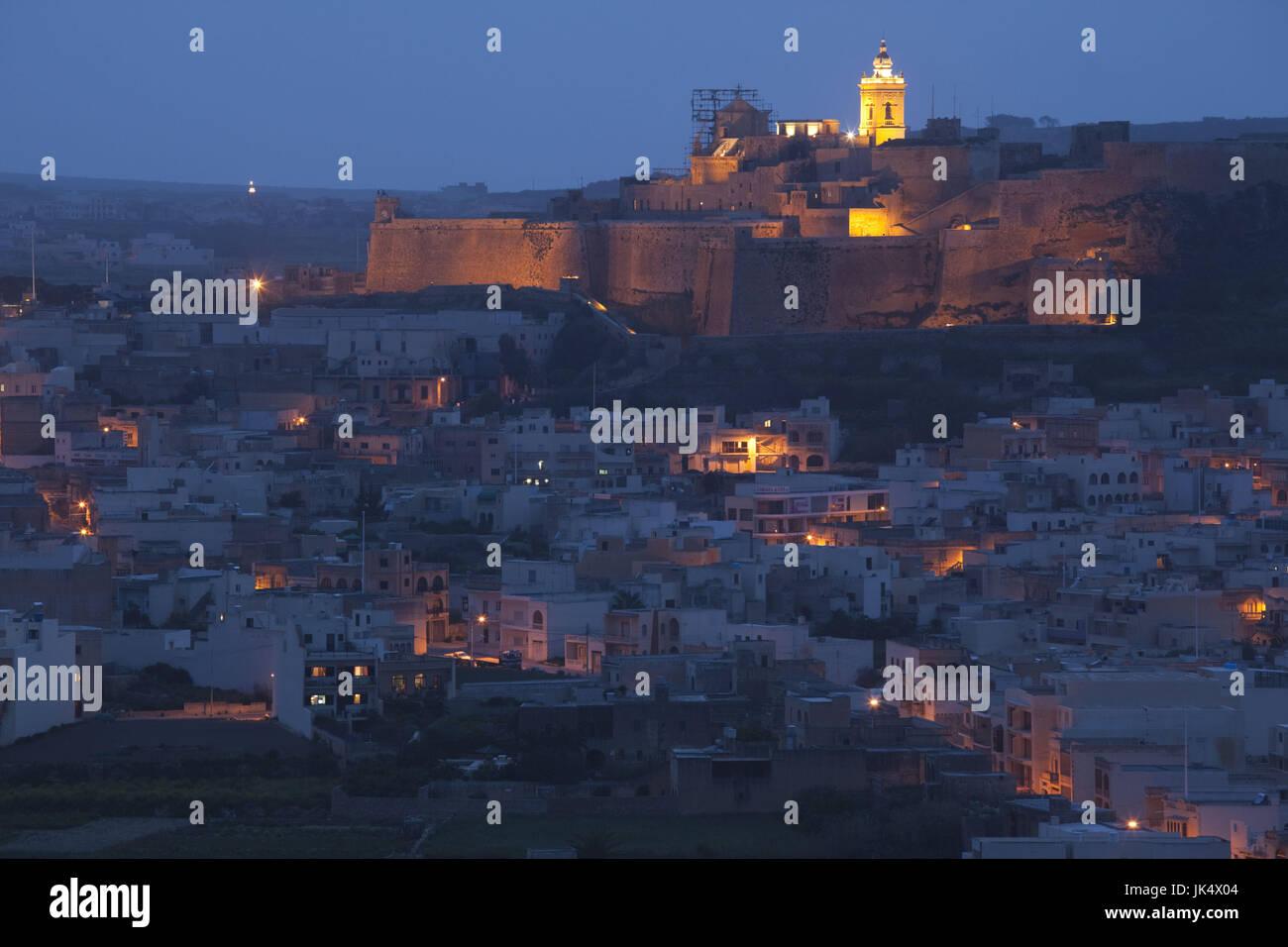 Malta, Insel Gozo, Victoria-Rabat, erhöhte Aussicht auf Stadt und Festung Il-Kastell, Dämmerung Stockbild