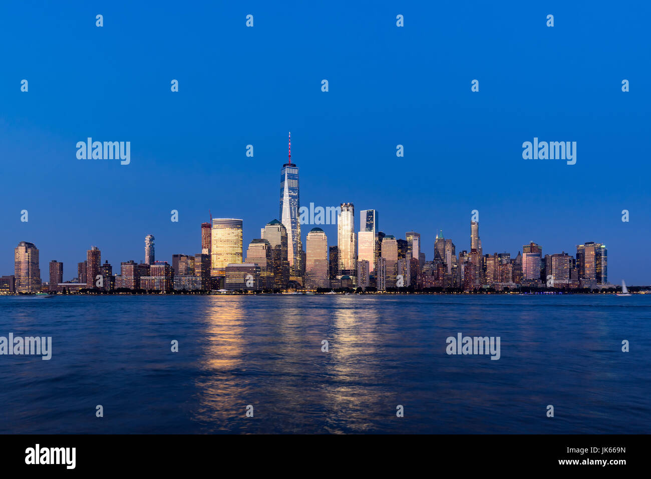 New York City-Financial District Wolkenkratzer und Hudson River in der Abenddämmerung. Lower Manhattan Stockbild