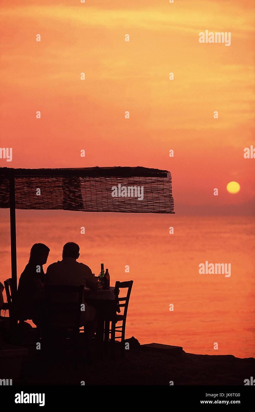Paar, Strandrestaurant, Silhouette, Raummotive Lifestyle, Urlaub, Griechenland, Peloponnes, Stoupa, Mittelmeer, Stockbild