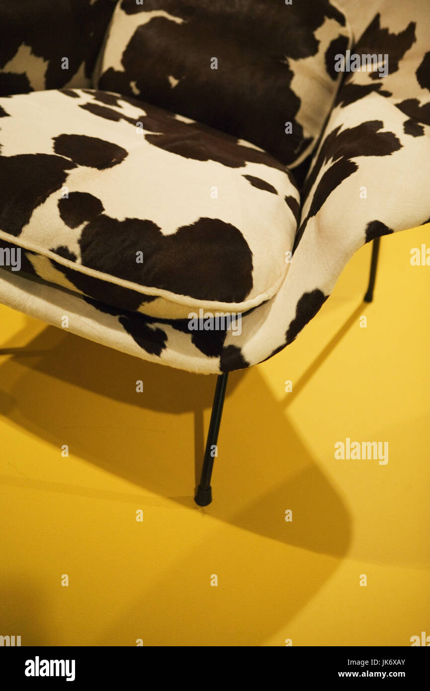 Sessel, Kuhfell-Imitation, Detail, Retrostil Sitzgelegenheit, Stuhl, Polstersessel, Sitzkissen, Kissen, Stoffbezug, Stockbild