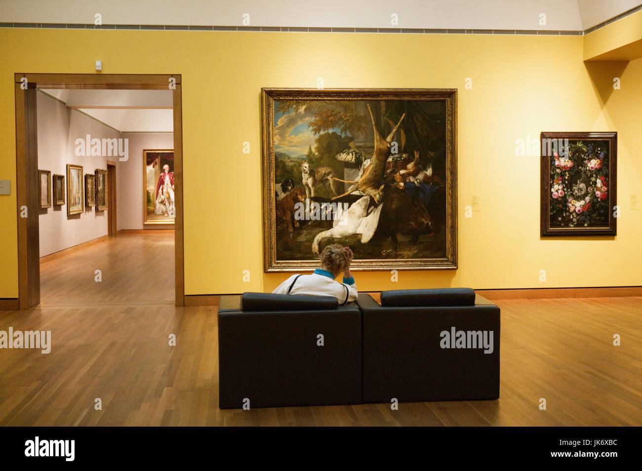 Kanada, Quebec, Montreal, Museum of Fine Art, Ausstellung, Gemälde, Besucherin kein Model release, Nordamerika, Stockbild
