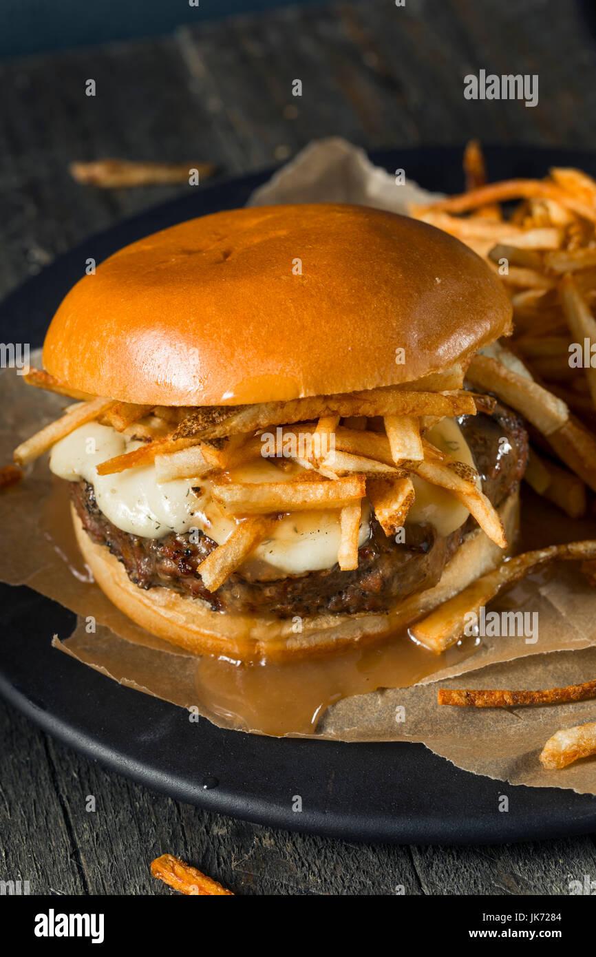 Hausgemachte Poutine Hamburger mit Pommes frites-Sauce und Käse Quark Stockbild