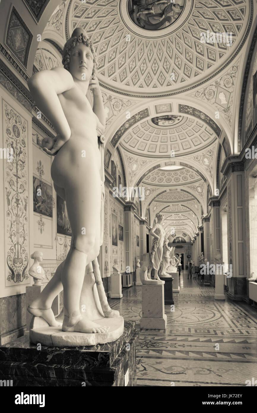 Russland, Sankt Petersburg, Center, Winterpalast, Eremitage, Statue Galerie Stockfoto