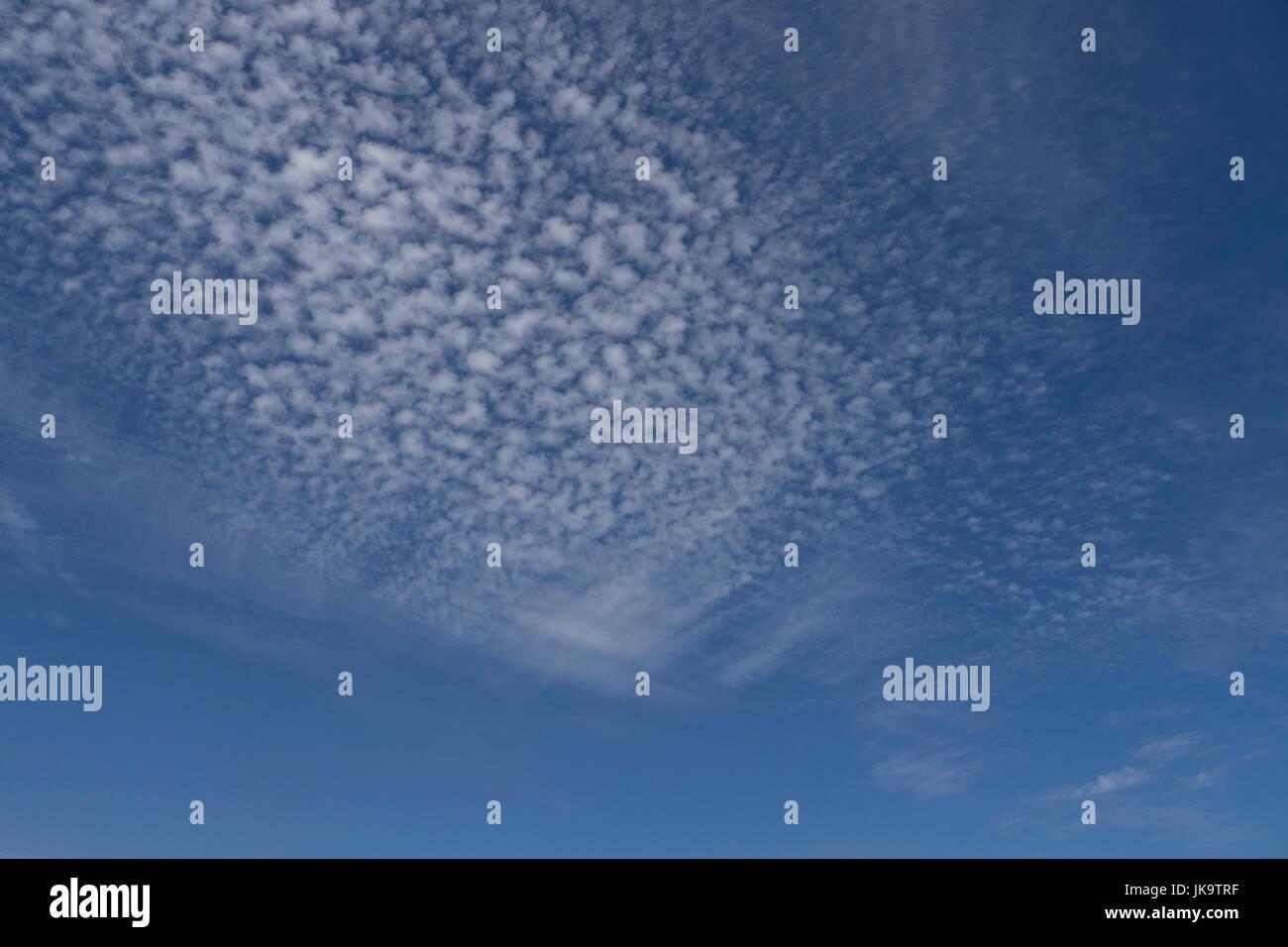 Skyscape weißen flauschigen Wolken Stockbild