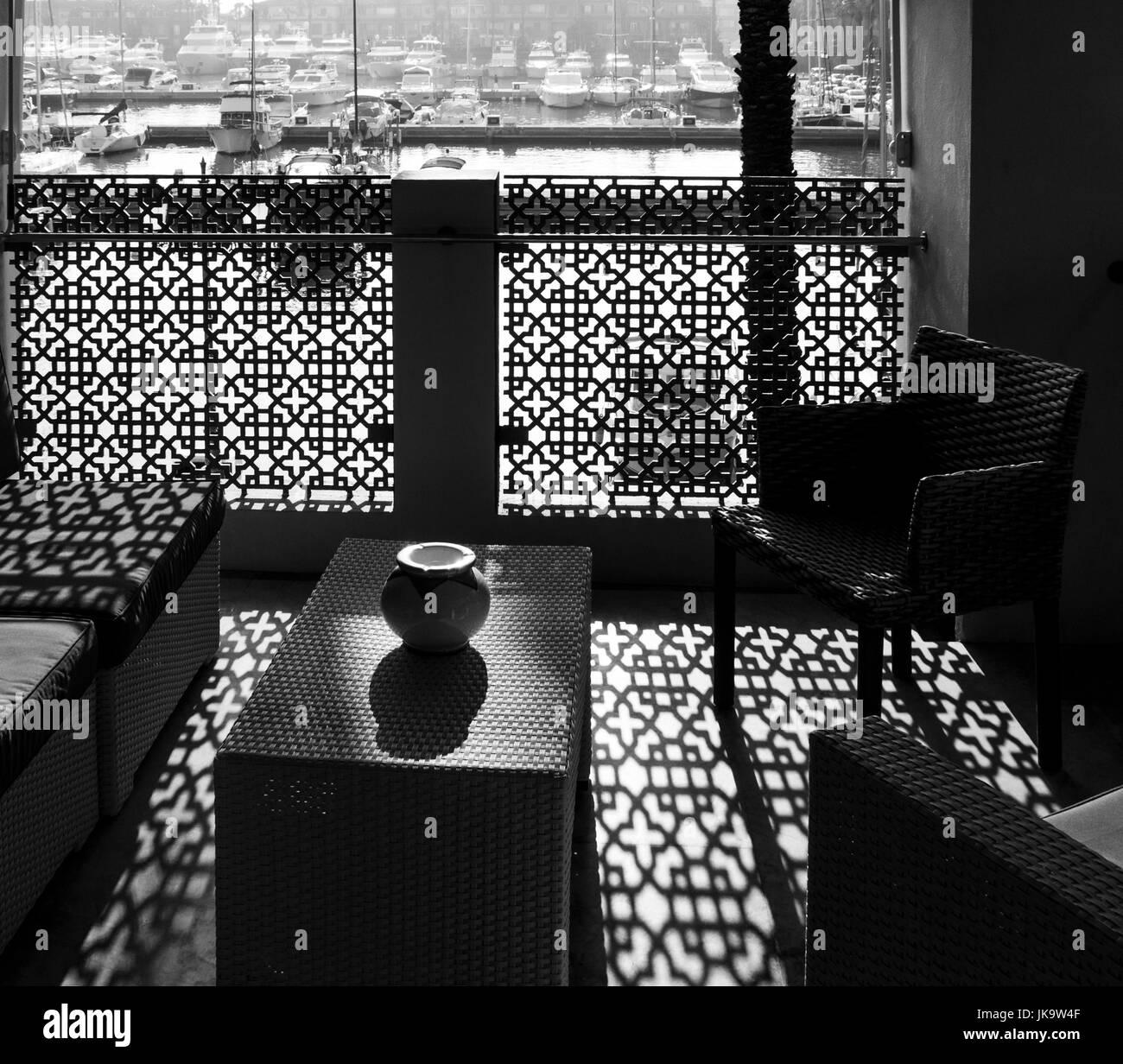 Backlit Belcony Tisch mit vase Stockbild