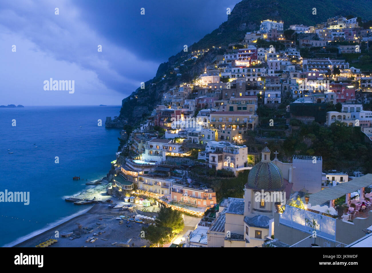 Italien, Kampanien, Amalfiküste, Positano, Stadtansicht, Abend, Lichter, Süditalien, Reiseziel, Stadt, Stockbild