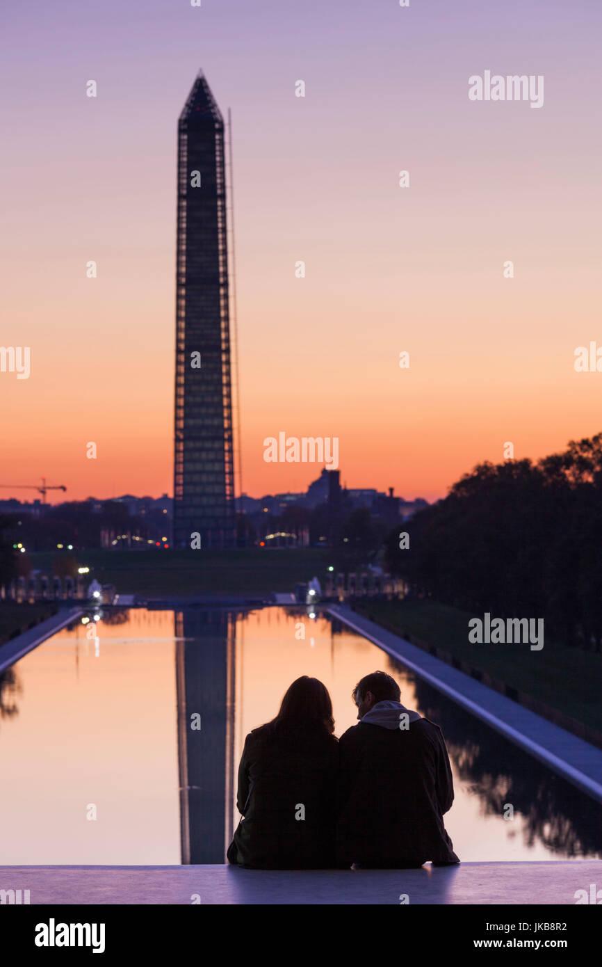 USA, Washington DC, Washington Monument mit paar, im Morgengrauen Stockbild