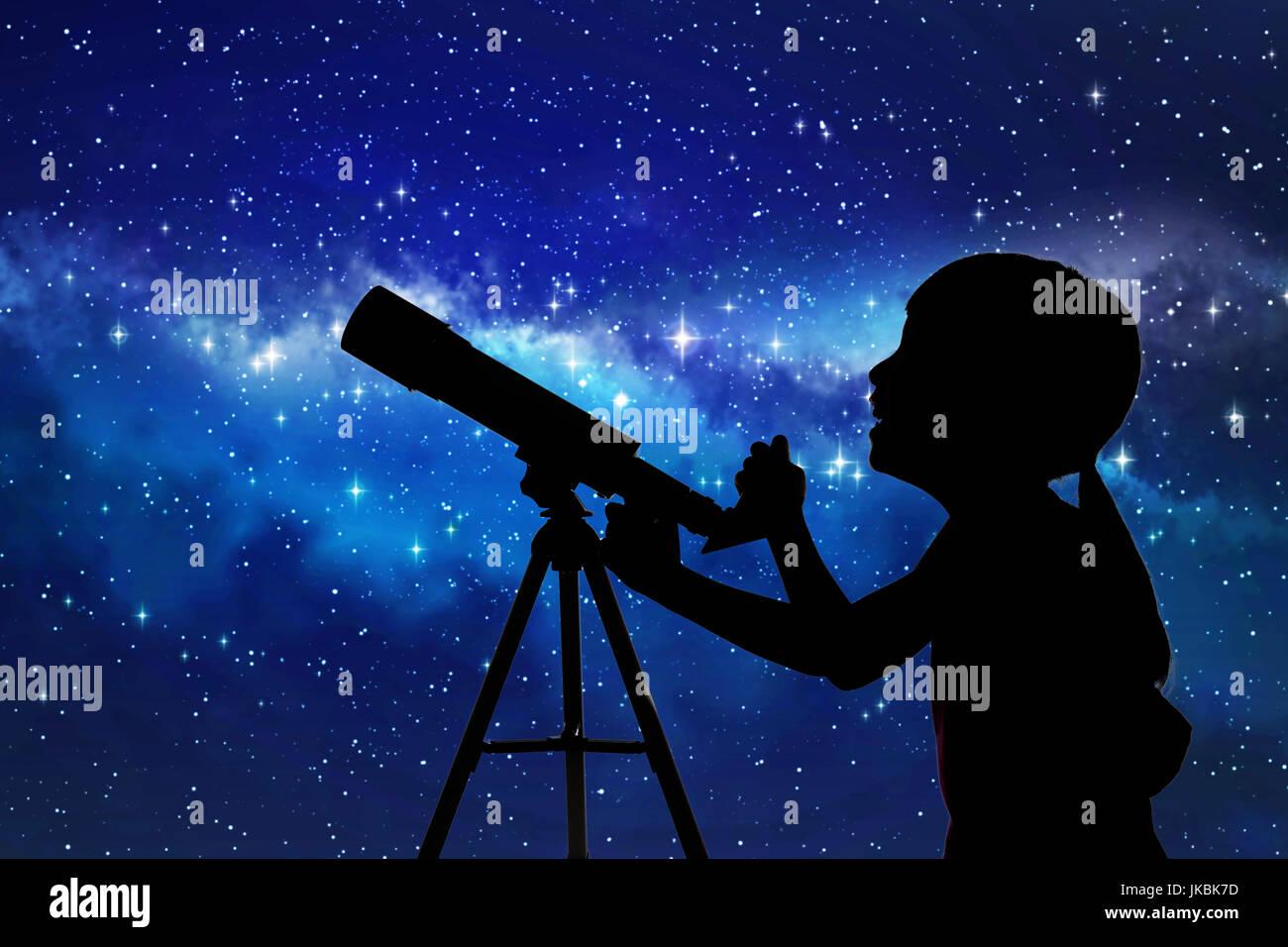Silhouette der mädchen blick durch ein teleskop auf den sternen