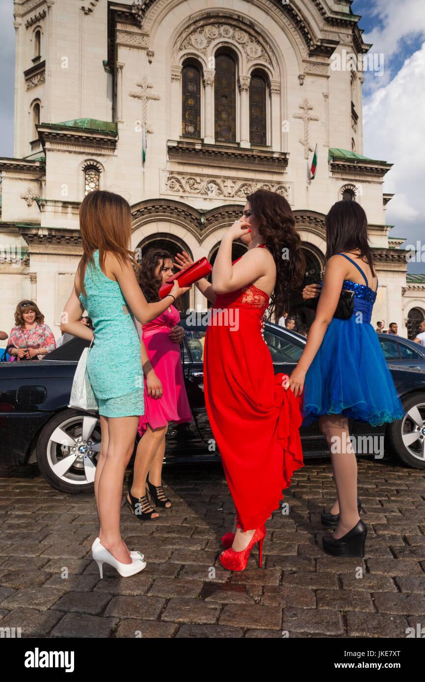 Sofia, Bulgarien, bulgarische Studenten feiern Abitur, junge Frauen ...