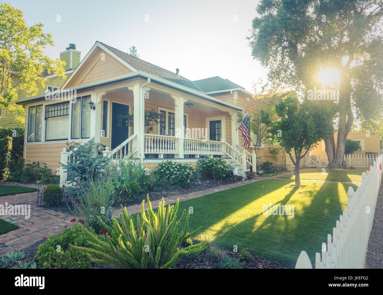 Perfekte Amerikanische Suburban White Picket Zaun Home Mit Veranda