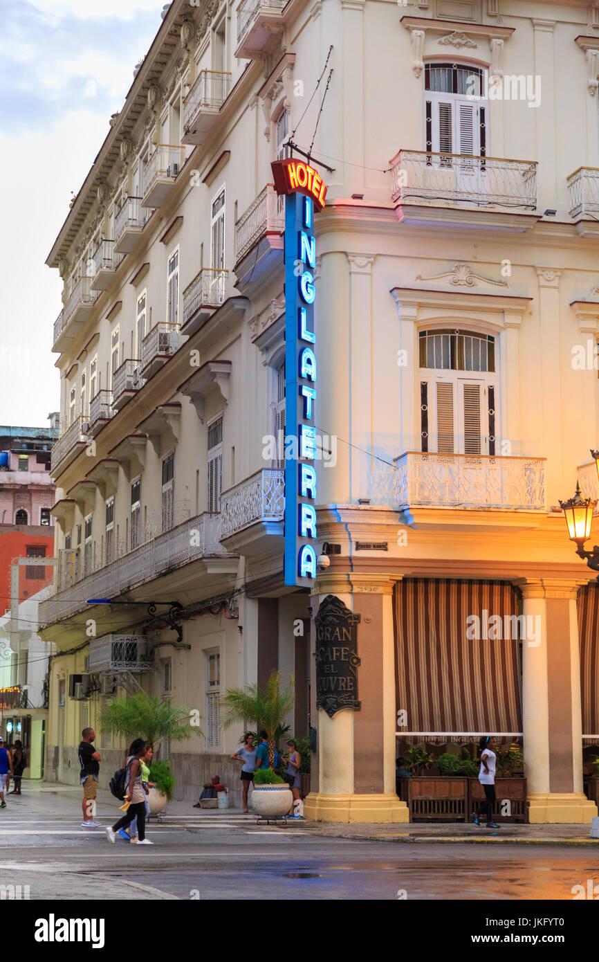 Außenseite des Hotel Inglaterra, einem restaurierten historischen Gebäude im alten Havanna, Kuba Stockbild