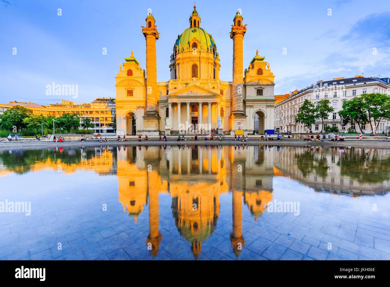 Wien, Österreich. Die Karlskirche (Karlskirche) bei Sonnenuntergang. Stockbild
