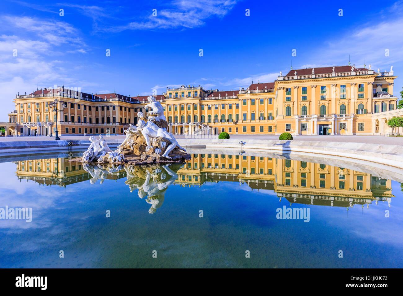 Wien, Österreich - 28. Juni 2016: Schloss Schönbrunn. Die ehemalige kaiserliche Sommerresidenz ist ein Stockbild