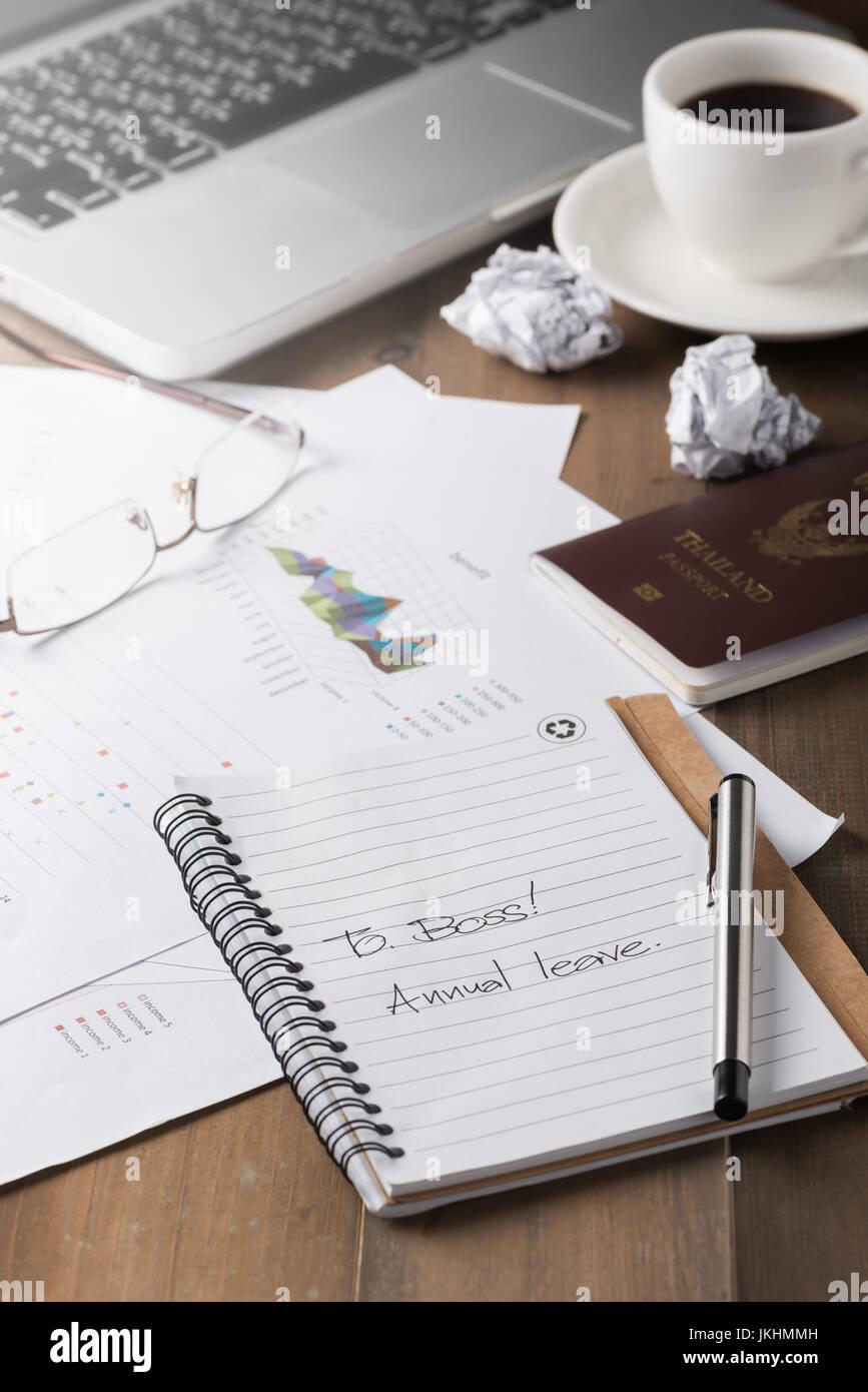 Notizbuch mit jährlichen Urlaub Text. selektive Konzept Urlaub zu konzentrieren oder entspannen Sie sich nach Stockbild