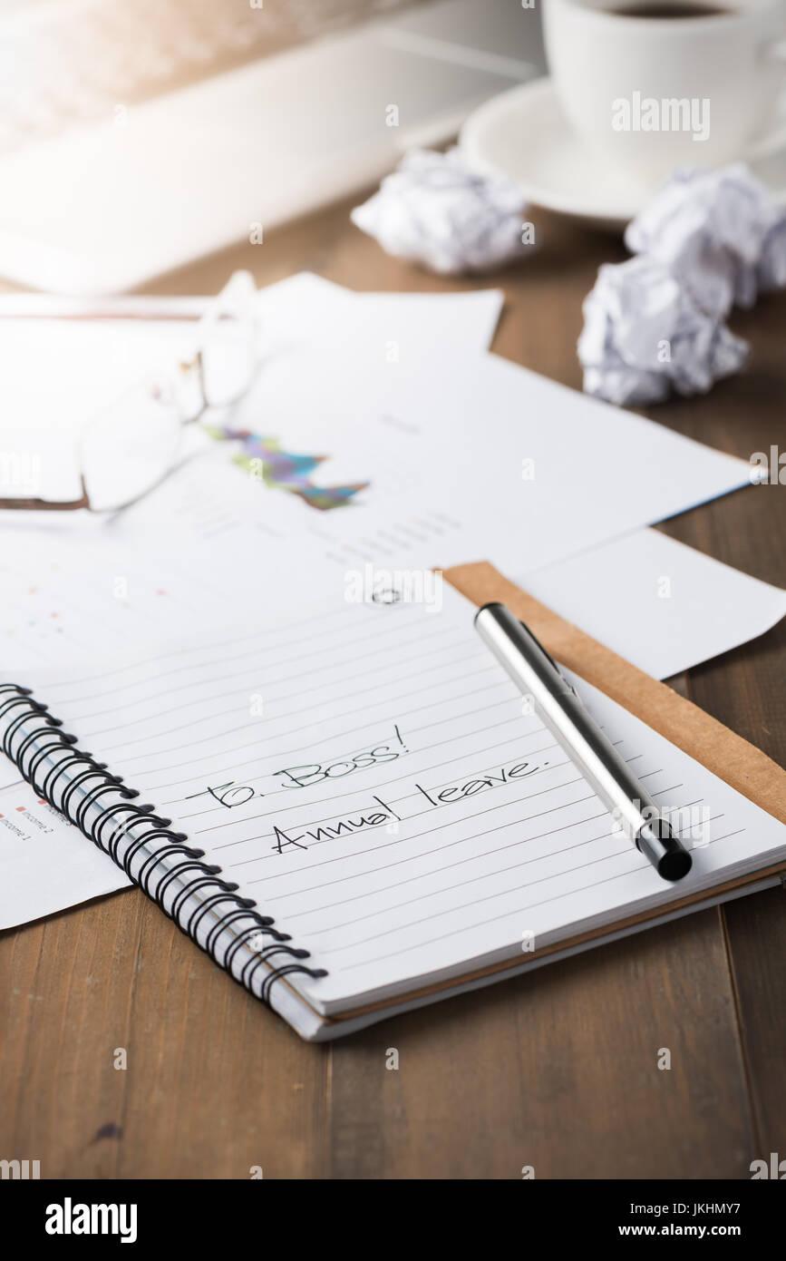 jährliche lassen Sie Text auf Notizbuch, Konzept Urlaub oder entspannen Sie sich nach harter Arbeit. Stockbild