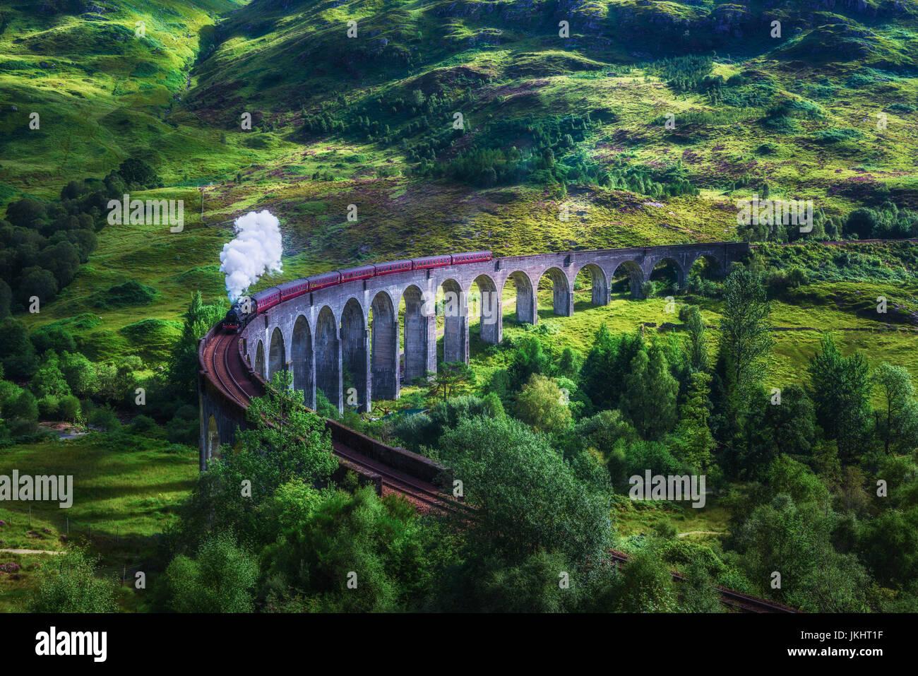 Glenfinnan Eisenbahnviadukt in Schottland mit dem Jacobite Steam train überfahren. Verarbeitung der künstlerischen Stockbild
