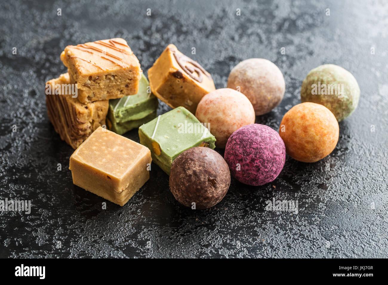 Verschiedene süße Bonbons. Trüffel und Karamell Bonbons. Stockbild