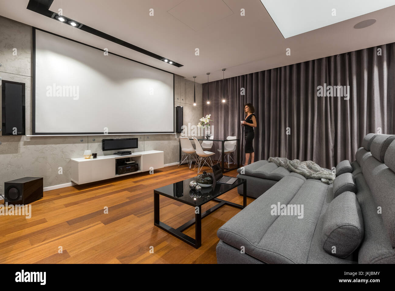 Charmant Frau Im Wohnzimmer Mit Leinwand, Grau Sofa Und Schwarz Couchtisch