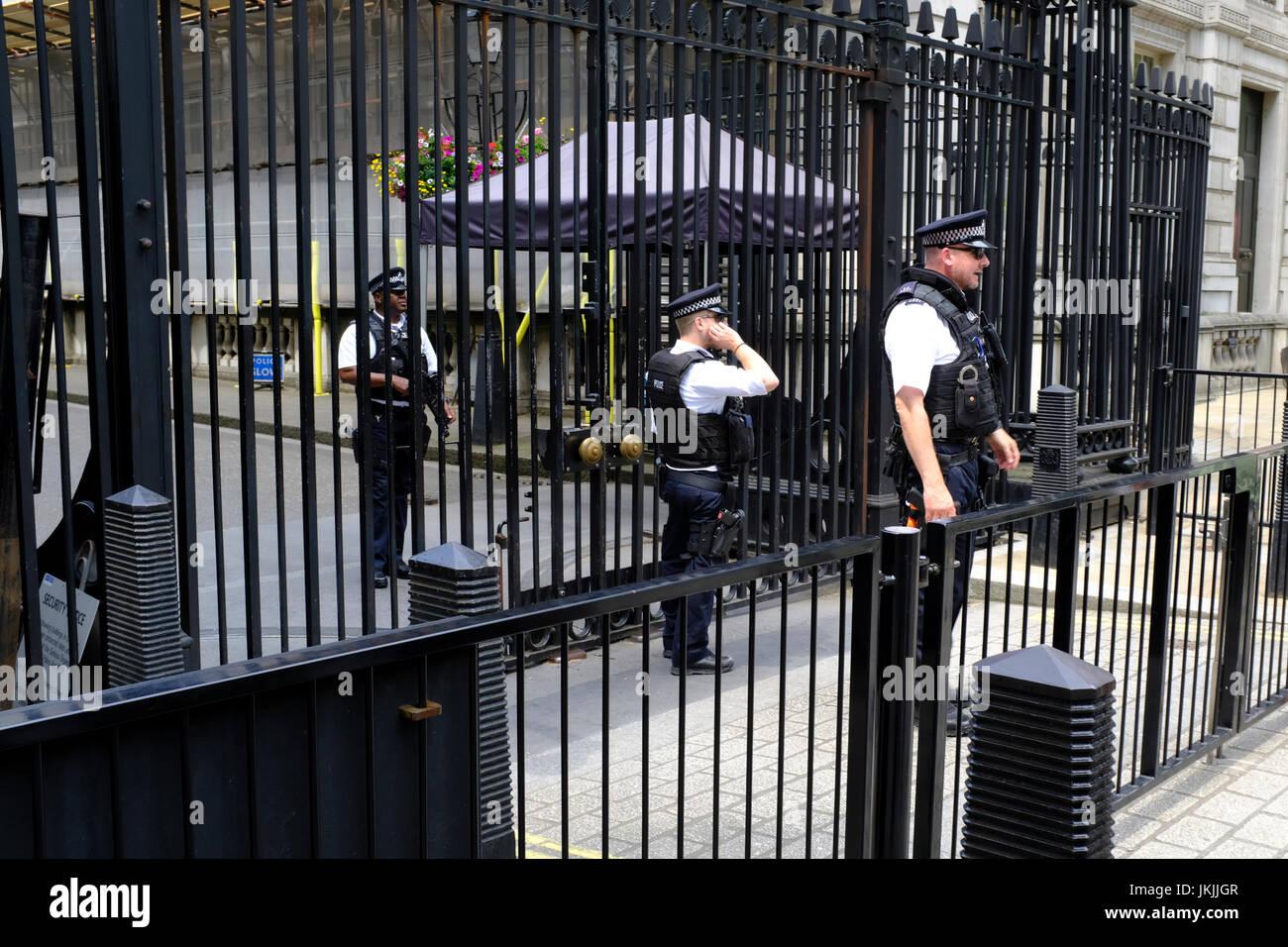 Polizei und militärische Präsenz in der Nähe von Downing Street, London, England, UK Stockbild