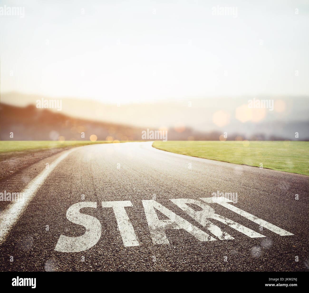 Start geschrieben am Boden auf einer Straße bei Sonnenuntergang Stockbild