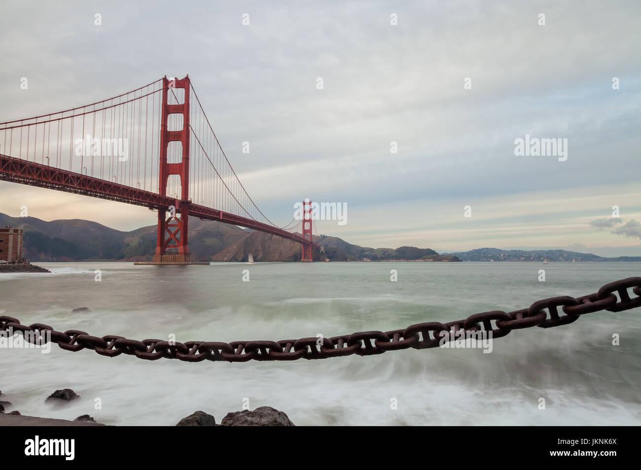 Die berühmte Golden Gate Bridge in San Francisco, USA, bei Sonnenuntergang Stockbild
