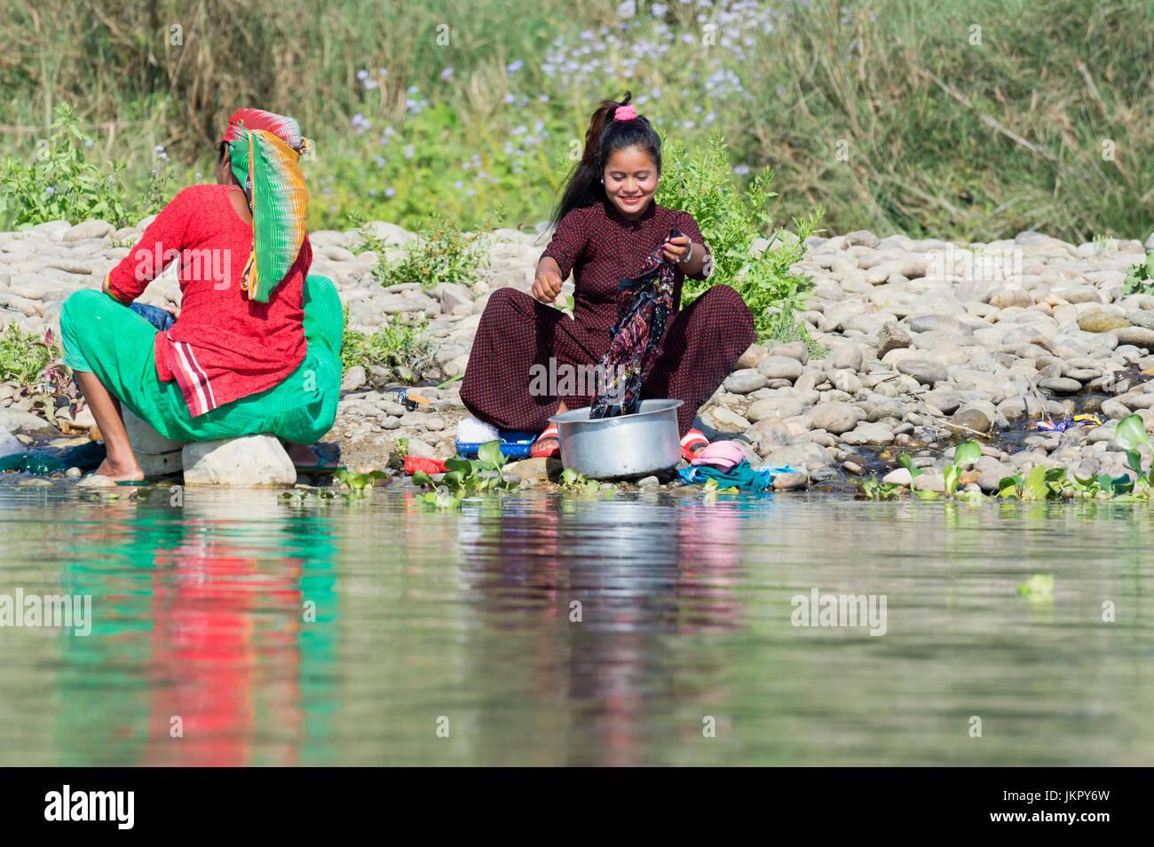 Nepalesische Frauen Wäsche waschen in einem Fluß, für den redaktionellen Gebrauch nur, Chitwan Bezirk, Stockbild
