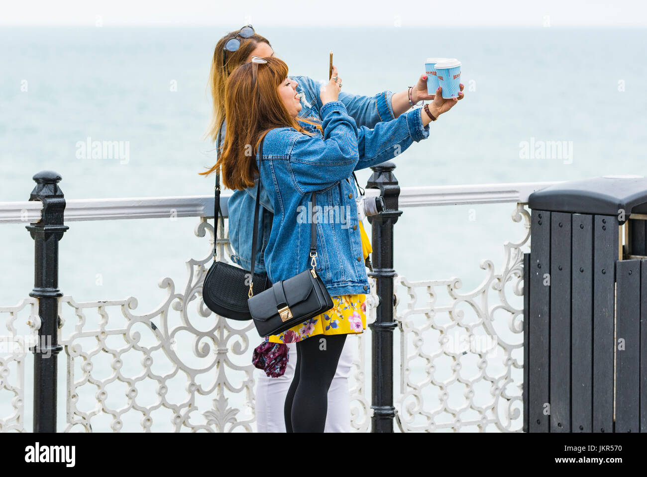 Junge Freundinnen einen Tag gemeinsam die Fotos am Meer zu genießen. Stockbild