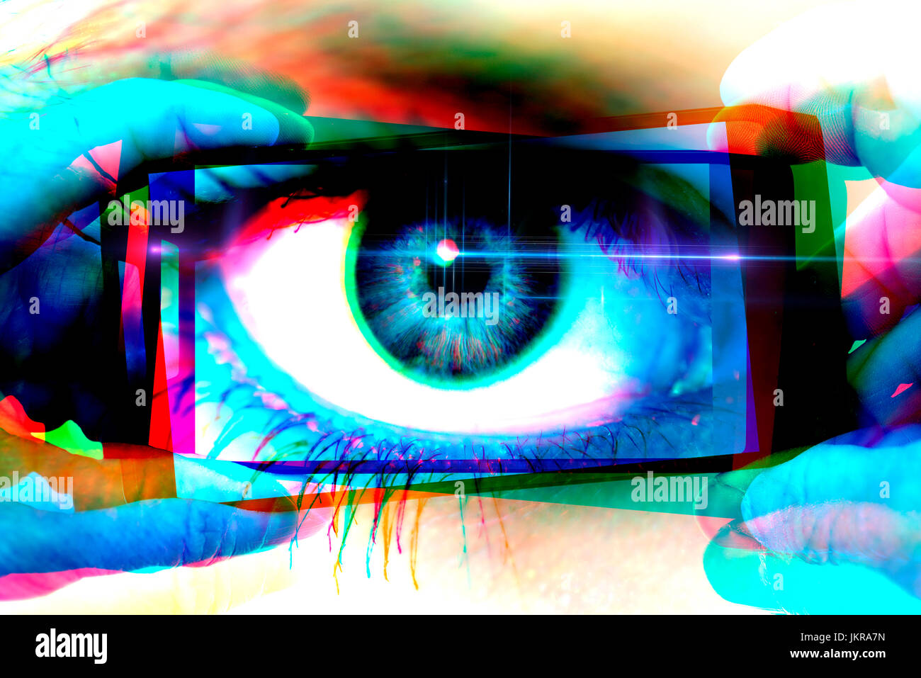 Auge in der Smartphone-Kamera, symbolische Foto für neugierige Parkers Auge in Smartphone-Kamera, Symbolfoto Stockbild