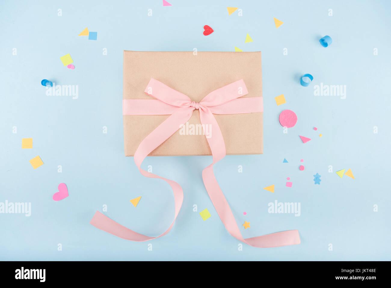 Draufsicht der Geschenkbox mit Schleife und Konfetti Mock-up, Geburtstagsparty Stockfoto